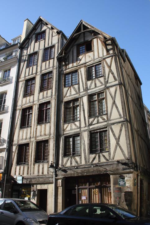 Paris, rue François Miron où d'anciennes maisons sont toujours debout.
